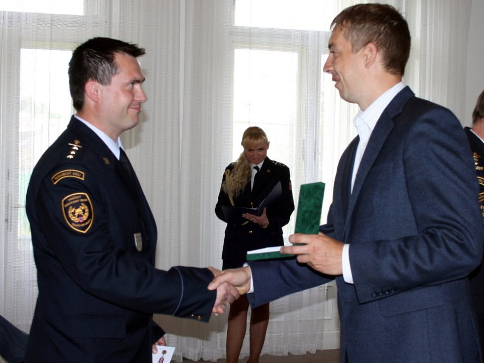 Profesionální hasiči si včera na svitavské radnici převzali medaile Za věrnost za deset a dvacet let služby.