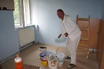 Malíř Miroslav Lacman dává azylovému domu nové barvy. Klienti pomáhají s úklidem.