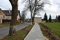 """Úzká cesta, avšak pro obyvatele této části Poličky hodně důležitá. Vždyť silnice, po níž se léta chodívalo, bývá především o víkendu hodně nebezpečnou """"stezkou""""."""
