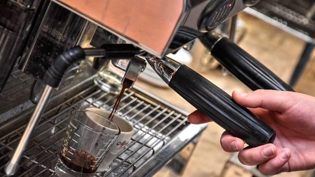 Turek mizí, vede espresso. Studenti se učí vařit kvalitní kávu...