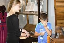 CO TO JEN JE? Návštěvník Centra Bohuslava Martinů Jakub Jiřina hádá nástroje za dohledu průvodkyně Šárky Tumové v interaktivní třídě.