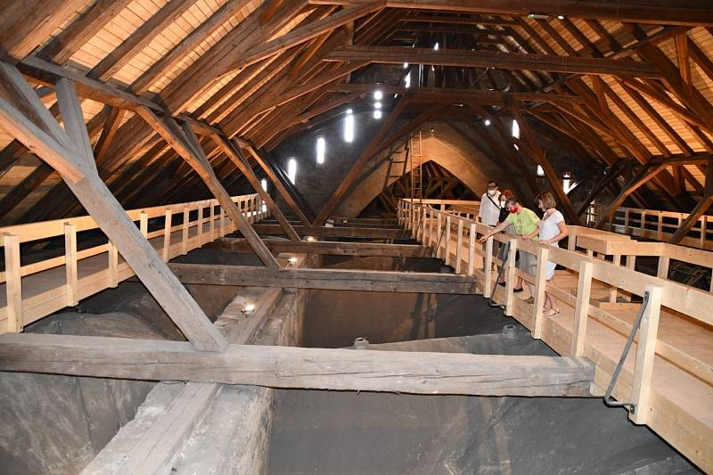 Pod střechou kostela sv. Jakuba.