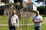 MODERNÍ UMĚNÍ v centru starobylého hradu. Vlevo je autor soch Martin Košňar, vpravo kastelán Miloš Dempír.