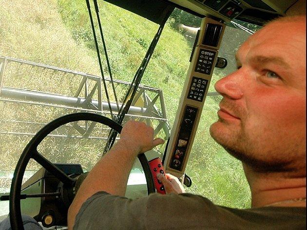 Kombajnér Vlastimil Petrlák sklízí tento týden pole řepky.