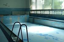 Bazén se po rekonstrukci více otevře veřejnosti.