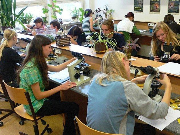 Mladí biologové zkoumali ve Svitavách mimo jiné pod mikroskopem různé vzorky.