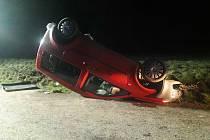 Řidič nezvládl řízení, auto se převrátilo na střechu.