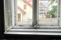 Okna v léčebně jsou několik let v havarijním stavu.
