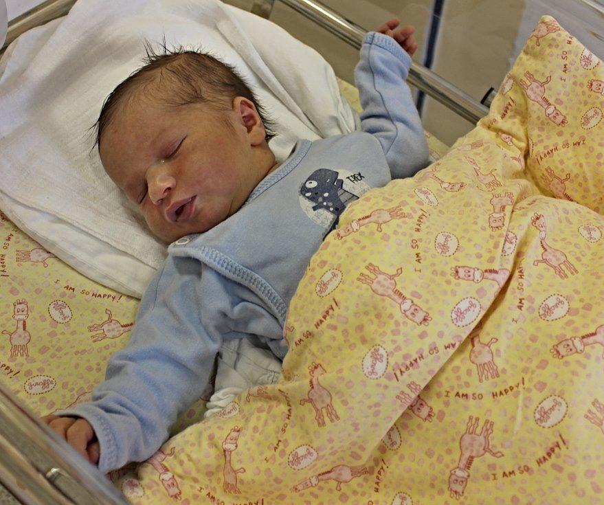 DANIEL BĚLOVSKÝ je třetí syn manželů Veroniky a Víta z Bučiny. Narodil se 7. května. Vážil 3,85 kilogramu a měřil 53 centimetrů. Z brášky se radují sedmiletý Aleš a třináctiletý Ondra.