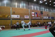 Na snímku jsou medailisté v kumite mužů do 75 kg, na nejvyšším stupínku vítězný Tomáš Pavlíček z Ústí nad Labem. Ceny vítězům předával Hideaki Kumazawa, velvyslanec japonského císařství v ČR