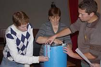Sčítání hlasů ve duhém volebním okrsku v Poličce. Voliči volí, komisaři sčítají ve stejné místnosti, ve ketré zvolení zastupitelé budou vést veřejná zasedání.