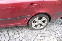 Policisté pátrají po nezodpovědném řidiči, který poškodil osobní automobil.