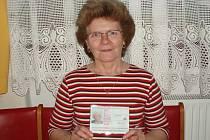 MARIE ČERNÁ z Moravské Chrastové je babičkou. Přesto letos od své rodiny dostala  k patnáctým narozeninám teprve  občanský průkaz. Narodila se totiž  29. února.