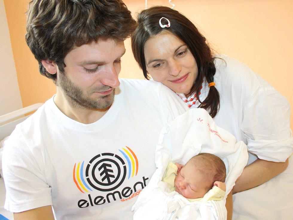 MAGDALÉNA TAUEROVÁ. Holčička se narodila 18. dubna v 5.22 hodin ve Svitavské nemocnici. Vážila tři kilogramy a měřila 49 centimetrů. S rodiči Markétou a Jakubem bude doma v Sebranicích.