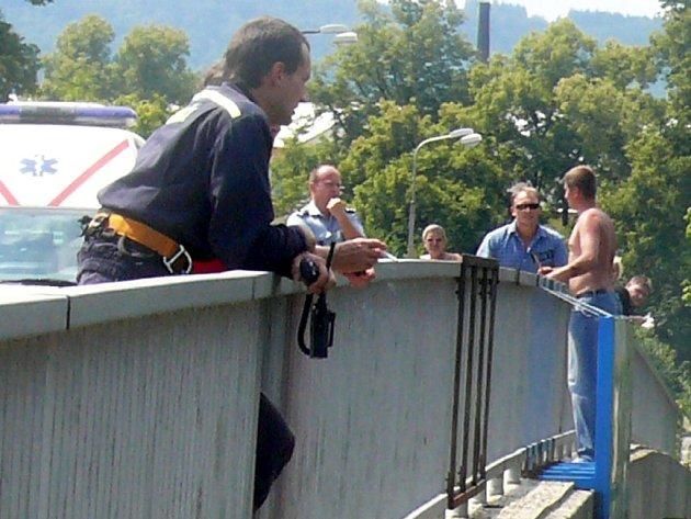 Nakonec neskočil. Mladík stál na mostě s nožem v ruce. Chtěl skočit, protože neunesl rozchod s přítelkyní.