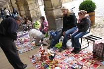 Bleší trh v Moravské Třebové. Petra Fedrselová a Zuzana Vodáková prodávaly věci, které už nepotřebují.