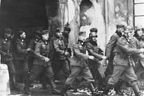 Němci procházející zámeckou bránou.