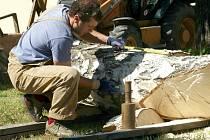 Španělský řezbář Alvaro Alvarez Diaz rozměřuje místa dalších záseků a zářezů na zčásti opracovaném kmenu. Dvakrát měř a jednou řež, platí také v jeho rodné zemi.