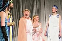 OTEC ROZHODNE. Jaroslav Dusík (uprostřed) v roli Egeuse, který vznese žalobu na svou dceru Hermii. Foto: