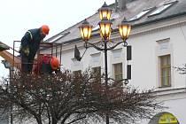 PRACOVNÍCI TECHNICKÝCH SLUŽEB ve Svitavách pilně pracují na vánoční výzdobě města.