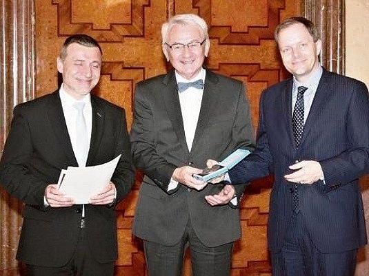 DAG HRUBÝ (uprostřed) přebírá medaili z rukou ministra školství, mládeže a tělovýchovy Marcela Chládka (vpravo).