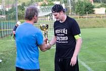Jednou z příjemných povinností šéfa okresního fotbalu je předávání pohárů vítězům soutěží, na snímku tak Jindřich Novotný činí v případě přeborníků z Březové na jaře 2019.
