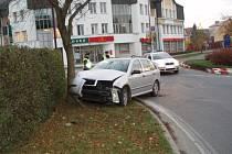 Řidič při výjezdu z objezdu ve Svitavách nezvládl řízení a narazil s fábii do stromu.