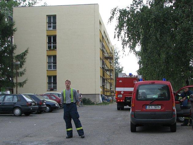 K požáru došlo při lepení krytiny na střeše bytovky v Květné