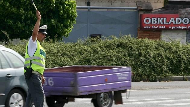 Policisté předešli dopravnímu kolapsu. Přesto si na průjezd křižovatkou řidiči stěžují.