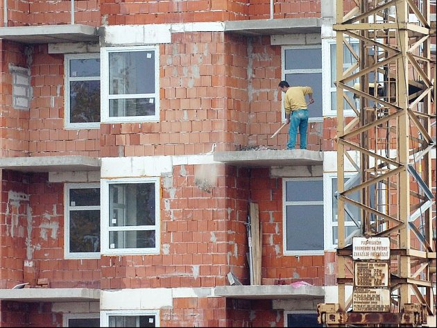 Stavebnictví zažívá boom. Stále více lidí staví nebo rekonstruuje. Jistý vliv na současnou situaci má i zvýšení DPH. Problémem jsou dělníci, kteří se stali nedostatkovým zbožím.