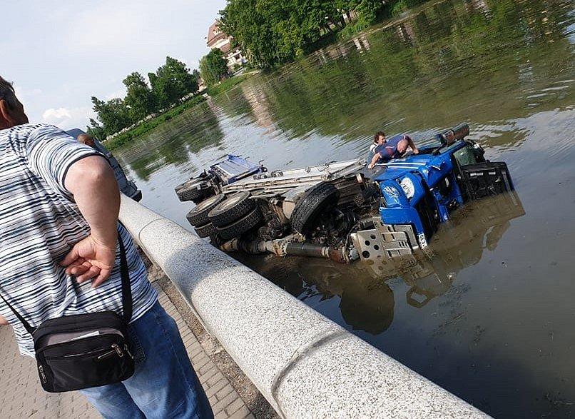 Dopravní nehoda čtyř aut v Poličce