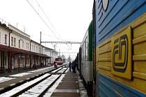 BEZ ZÁKAZNICKÉ KARTY do vlaku raději nenastupujte. Jednorázová přeprava po železnici se stala nevýhodnou .  Cena jízdenky je stejná, jako kdybyste jeli osobním automobilem.