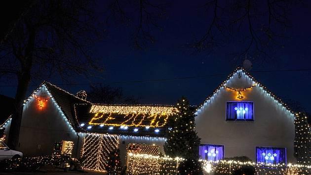Václav  Trunec rozsvítil o prvním adventním víkendu svůj dům u kostela. Žárovičky září nejen na domě, ale také na zahradě a na dřevěném altánu.  K atmosféře Vánoc  přispívají  rovněž  osvětlené jesličky nebo třeba čuník.