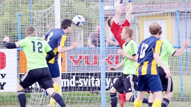 Pěsti gólmana Jaroslava Hutiry jsou ve vzduchu, ale míč je na hlavě Petra Uhlíře a svitavské béčko se ujímá vedení nad Kunčinou.