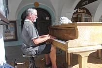 Jiří Michálek hrával na piano u místní kavárny.