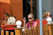 Většina provozovatelů nekuřáckých zařízení vzala kuřáky na milost a vyhradila jim část stolů na zahradách. O povolení kouření uvnitř ale neuvažují.