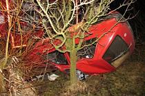 Opilý řidič osobního automobilu havaroval hodinu před půlnocí v sobotu 14. března u Sádku (Svitavsko). Na alkohol v krvi řidiče doplatil spolujezdec.