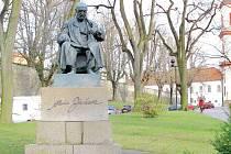 POMNÍK ALOISE JIRÁSKA. Socha  sedícího spisovatele byla pod zámkem při cestě z náměstí na Olivetskou horu slavnostně odhalena v roce 1959.