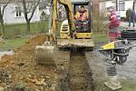 Stavební práce jedou na plno. Občané Morašic si  musejí zvyknout na bláto. Za pár měsíců však jistě ocení nové osvětlení a obec bez sloupů nízkého napětí.
