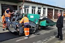 Silničáři mají pro údržbu silnic novou techniku.
