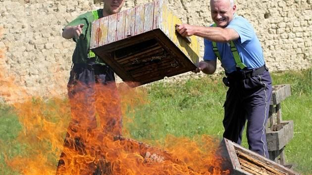 Spálení včelstev. Včelaři postupují razantně. Ilustrační foto.