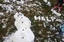 """,,Chtěli jsme s dětmi postavit něco jiného než klasického sněhuláka...tak dcera Káťa vymyslela medvídka a my ostatní sněhuláka, který chce pomoci zpět nahoru. Ze sněhu máme velkou radost,"""" napsala rodina Javorkových."""