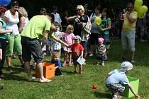 DĚTSKÝ DEN si velcí i malí užívali odpoledne v parku Jana Palacha. Lákaly je soutěže a  vystoupení.