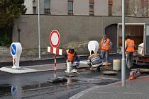 PŘECHOD pro chodce na Školní ulici ve Svitavách doplnil ostrůvek. Dělníci při opravě I/43 také vyčistili kanálové vpusti.