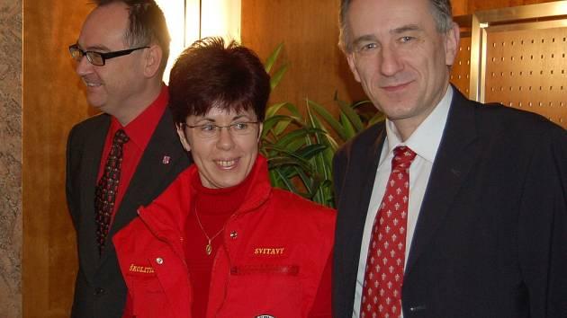 MILUŠE BUREŠOVÁ z Českého červeného kříže ve Svitavách převzala včera v Pardubicích dotaci dvacet pět tisíc korun. Za peníze nakoupí nové vybavení.