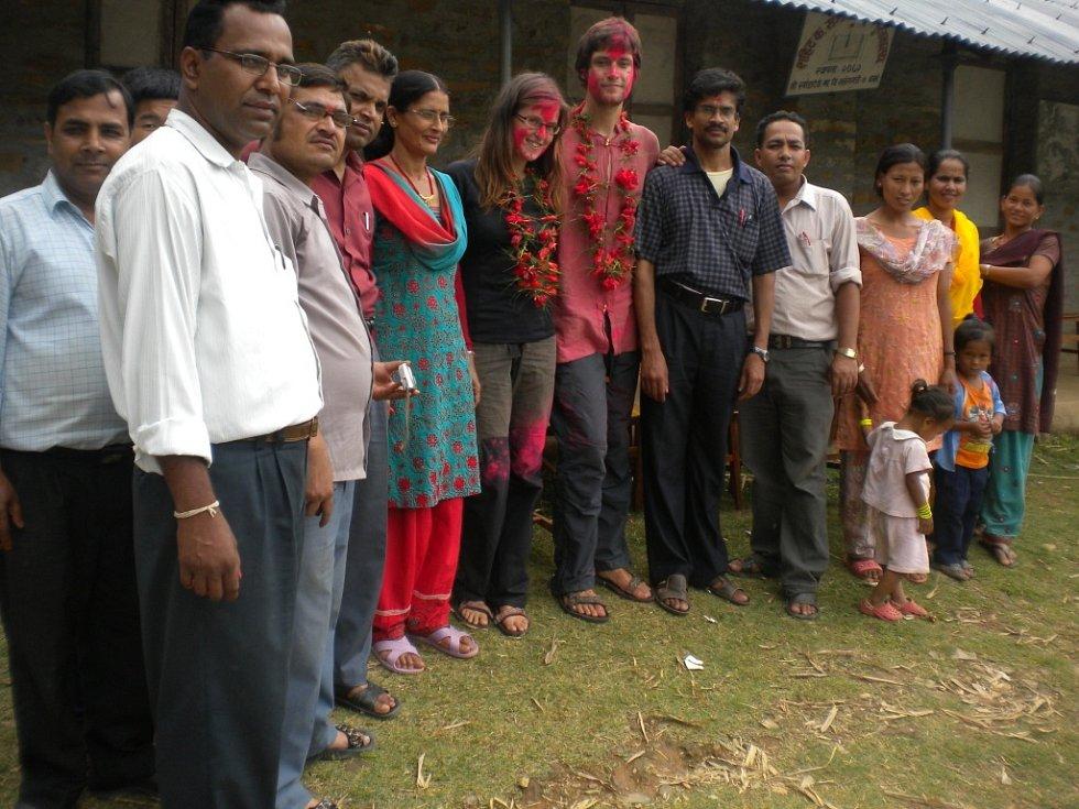 S učitelským sborem Shree Khanda Děví.