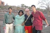 CESTOVATELÉ Bára a Matěj s Shibani a jejím přítelem.