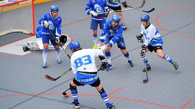 Lepší produktivita na straně pardubických hokejbalistů (v modrém) byla jedním z klíčových faktorů pro výsledek derby.