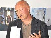 ARCHITEKT David Vávra pokřtil v sobotu kalendář Moderní Litomyšl 2013, v němž jsou nové  stavby.