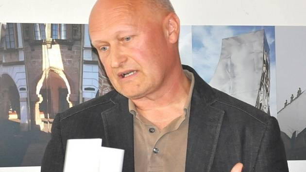 Architekt Zdeněk Fránek vystavuje v litomyšlské galerii fotografie Perské věže a také několik modelů svých staveb. Expozice je otevřená do 2. prosince.